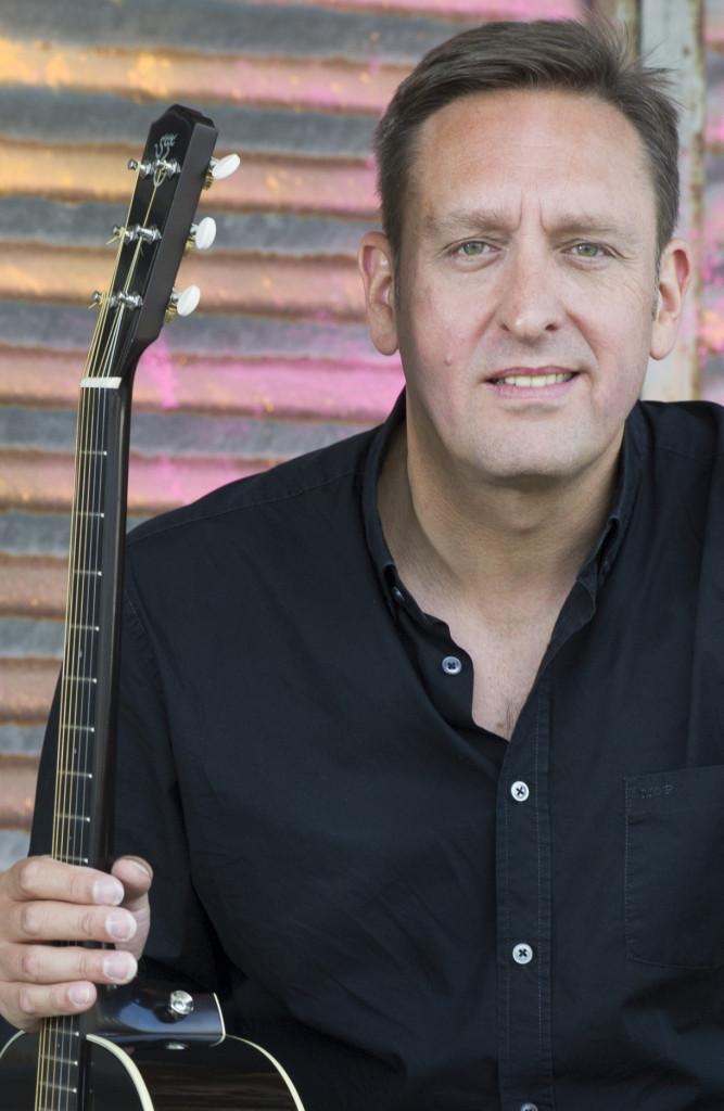 Michael Strauß mit seiner Gitarre